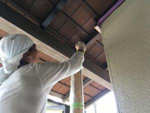 垂木塗装1回目。